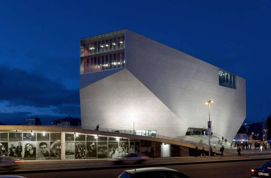 O edifício futurista da Casa da Música, projetado pelo arquiteto holandês Rem Koolhass, lembra um diamante lapidado. O local abriga uma programação bastante variada