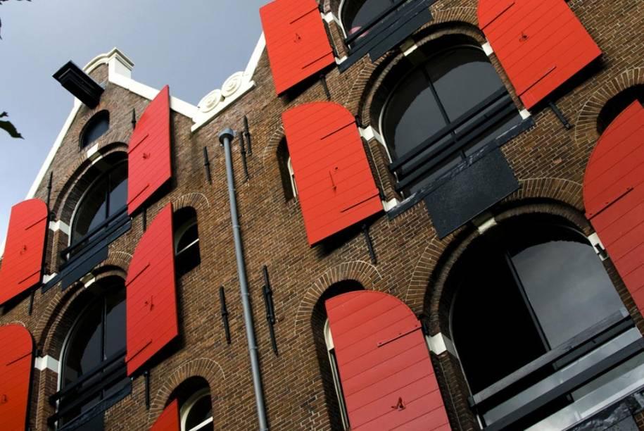 O ar burguês das casas de tijolos aparentes, alamedas arborizadas e incontáveis pontes oferecem um ar romântico a Amsterdã