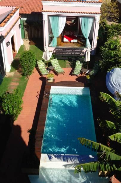 Além de piscina, o hotel oferece serviços de spa com ofurô e massagem