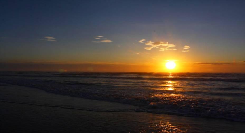 A Praia de Torres oferece uma das mais belas visões das orlas gaúchas. A boa pedida por aqui é sentar e apreciar o pôr do sol