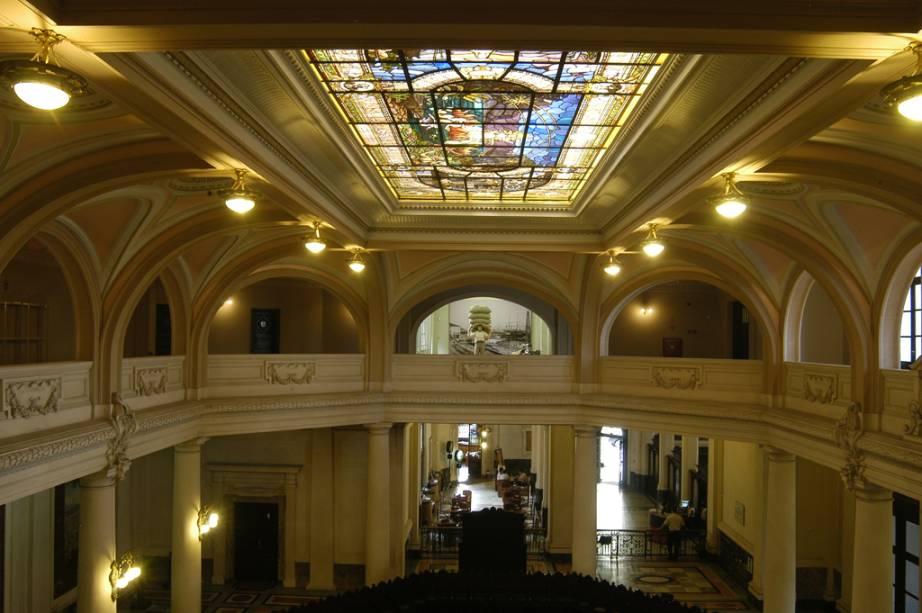 """No <strong><a href=""""http://viajeaqui.abril.com.br/estabelecimentos/br-sp-santos-atracao-museu-do-cafe"""" rel=""""Museu do Café"""" target=""""_blank"""">Museu do Café</a></strong>, em Santos, acontece a visita curiosa, que revela curiosidades sobre a Bolsa do Café"""