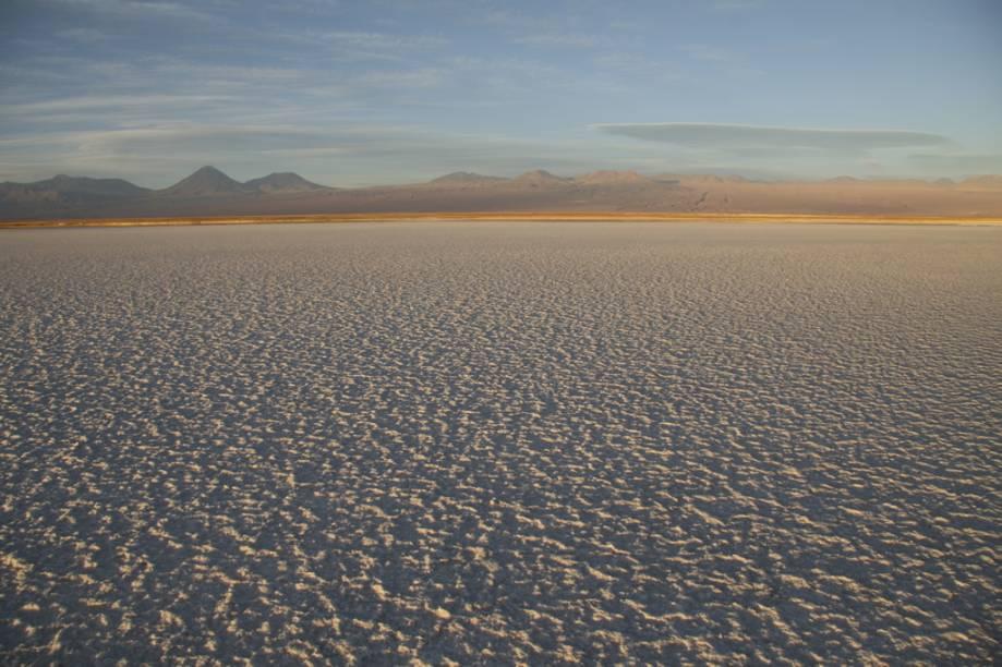 O Salar do Atacama é um imenso deserto de sal a 2.300 metros sobre o nível do mar. Os pedaços de sal chegam a 70 centímetros de altura
