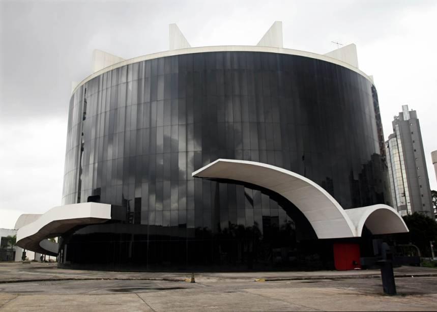"""Projetado por Oscar Niemeyer, o <a href=""""http://viajeaqui.abril.com.br/estabelecimentos/br-sp-sao-paulo-atracao-memorial-da-america-latina"""" rel=""""Memorial da América Latina"""">Memorial da América Latina</a>, em <a href=""""http://viajeaqui.abril.com.br/cidades/br-sp-sao-paulo"""" rel=""""São Paulo"""">São Paulo</a>, teve as funções e usos de seus prédios definidos pelo sociólogo Darcy Ribeiro, com oobjetivo de integrar as nações que compõem a América Latina"""