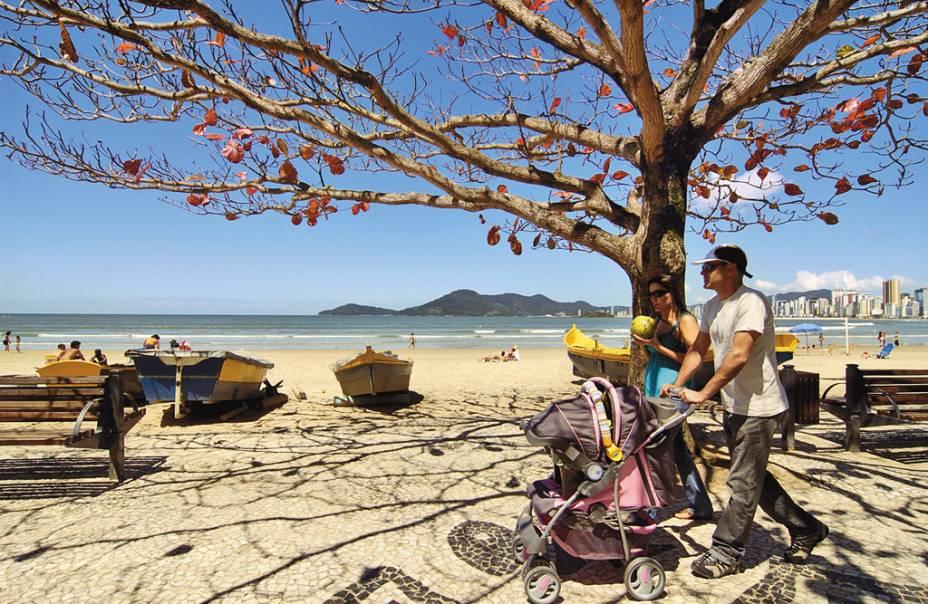 A variedade de estilos de praia de Balneário atrai diferentes públicos, desde os surfistas até a terceira idade