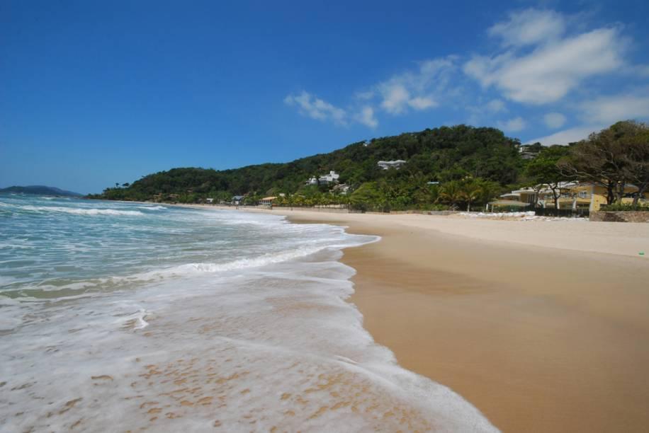 """<strong>2. <a href=""""/cidades/br-sp-guaruja"""" rel=""""Guarujá"""" target=""""_blank"""">Guarujá</a> (2 dias)</strong>Basta cruzar a balsa e escolher: o agito se concentra nas praias urbanas de Pitangueiras, Pernambuco e Enseada (onde fica o aquário Acqua Mundo, um dos maiores do país); o sossego está em recantos preservados, como Preta e Iporanga."""