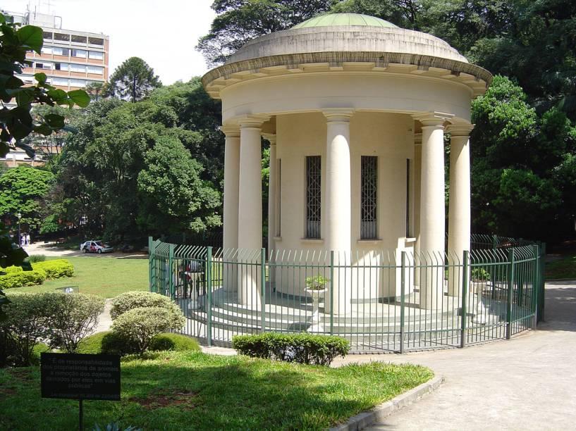 Praça Alexandre de Gusmão, parte do complexo do Parque Tenente Siqueira Campos, também conhecido como Trianon. Criado em 1892, é o único remanescente de Mata Atlântica na região e uma ilha de sossego em meio à correria da Avenida Paulista