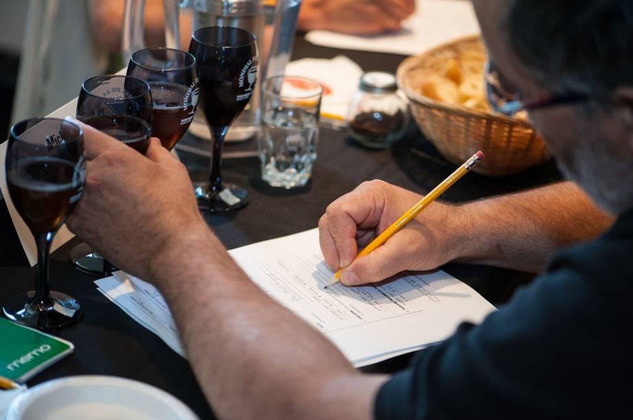 Jurados analisam rótulos e premiam os melhores produtores na edição de 2012 do Festival Mundial da Cerveja, em Montreal