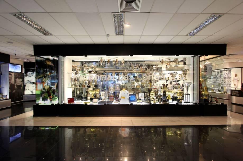 A vitrine principal do Memorial das Conquistas do Santos traz os itens mais recentes para a galeria santistas, como uma pequena réplica da Copa Libertadores