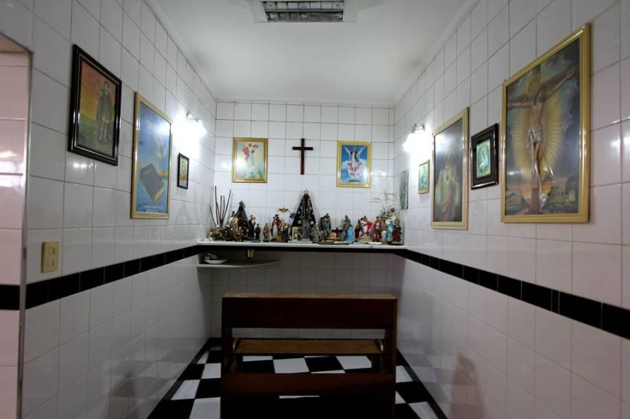 Antes dos jogos, os jogadores santistas realizam suas preces em uma capelinha dentro do vestiário