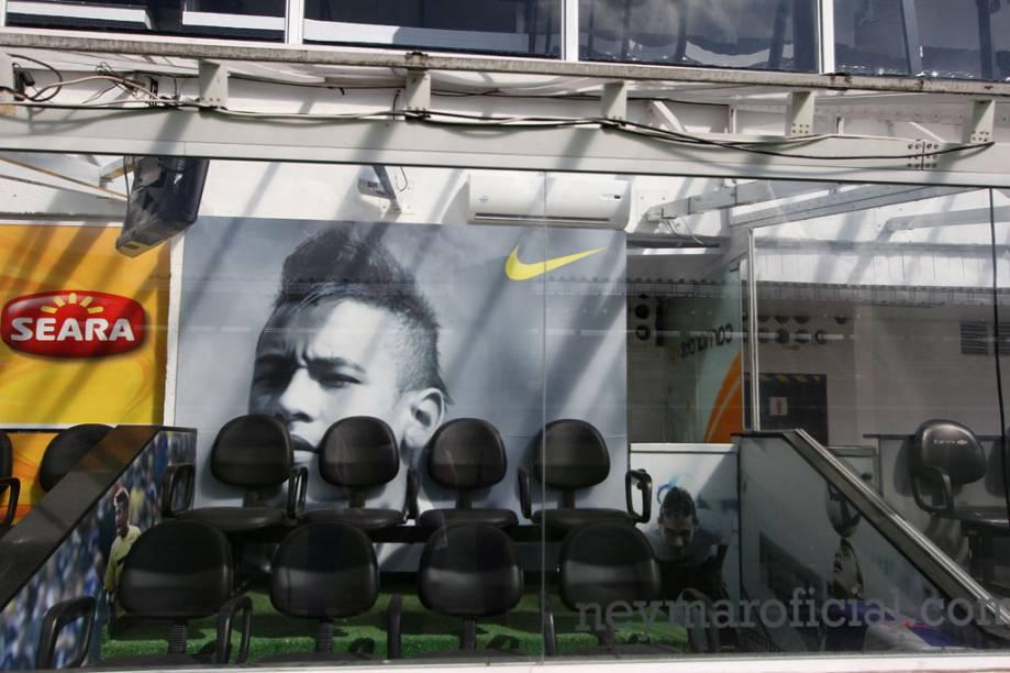 Sempre que Neymar Jr. vai a campo na Vila Belmiro, Neymar – pai do craque – assisti ao jogo do camarote dedicado ao filho