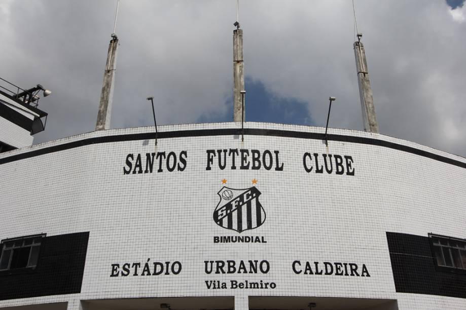 O Estádio Urbano Caldeira, mais conhecido como Vila Belmiro, tem capacidade para aproximadamente 16 mil torcedores