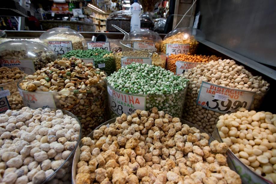 O Mercado Municipal é um dos únicos lugares em que é possível encontrar tamanha variedade decastanhas, amêndoas, pistaches e outras sementes