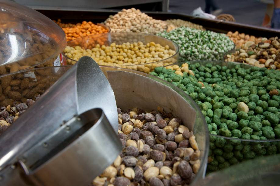 <strong>Amendoins:</strong> torrados, envolvidos em massa salgada ou caramelizados, os amendoins são encontrados em diversos tipos no Mercadão de SP. Também são servidos nas bancas do Mercadão outros petiscos como ervilha com wasabi e pistache iraniano