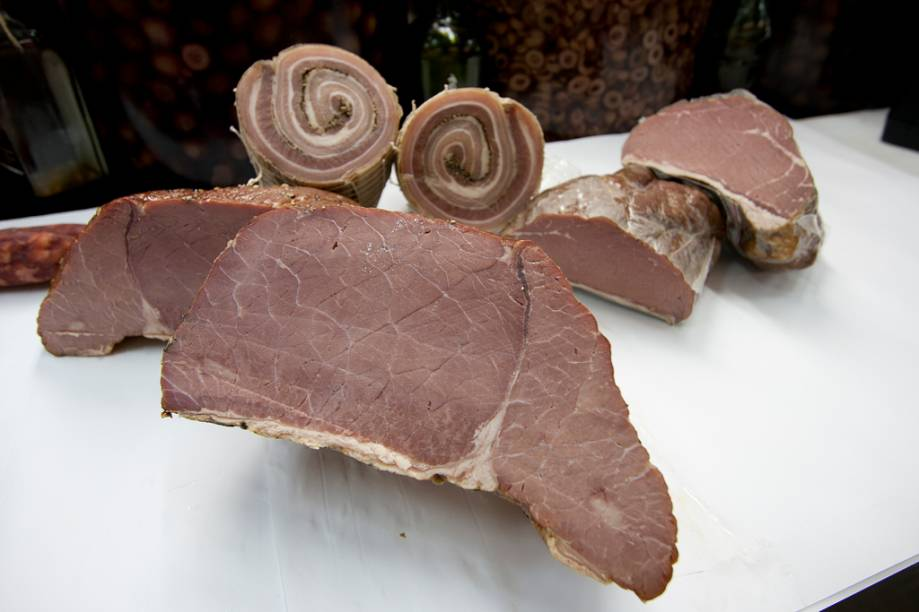 <strong>Defumados:</strong> para quem gosta de alimentos defumados, os lombos suínos da Galeria do Bacalhau são uma boa pedida, ideais para servir como petiscos