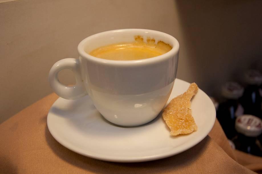 <strong>Café com frutas desidratadas:</strong> em vez de um biscoito, um pedacinho de damasco é servido com o seu café. A equipe do Empório Chiappetta teve esta ideia e uniu duas coisas que pareciam ser tão distantes, com ótimo resultado