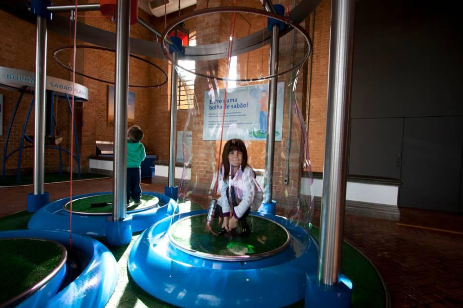 Quem não gosta de bolhas de sabão? Em um dos vários experimentos do Catavento é possível criar uma bolha gigante