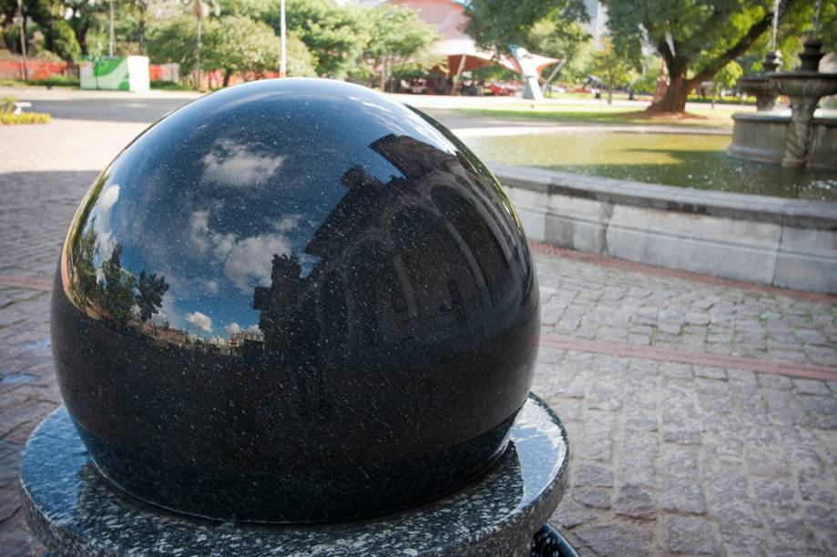 Com mais de duas toneladas, esta esfera de granito pode ser movida facilmente por uma criança. Isto é graças a um intrincado sistema que usa a inércia como elemento principal, facilitando o movimento do objeto