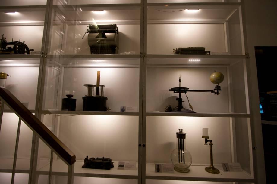 Máquina de escrever, tipógrafo e lampião. Estes e outros objetos que muita gente não conhece povoam esta sala no Catavento Cultural
