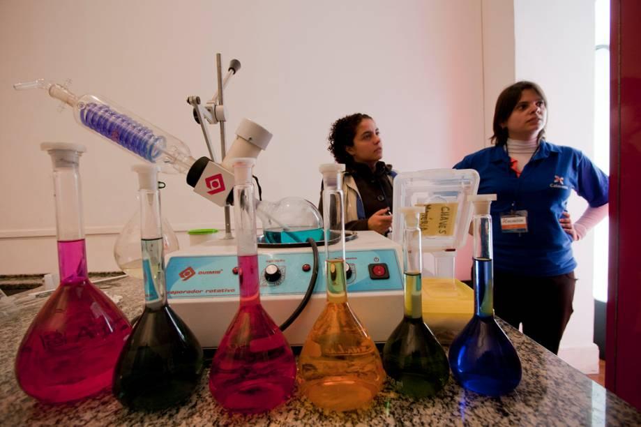 As monitoras do espaço fazem experiências que alteram os estados, cores e cheiros dos elementos químicos. O número de experimentos varia de acordo com a idade da platéia