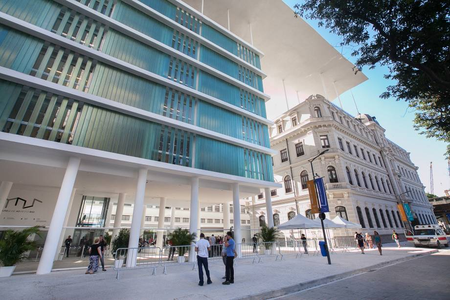 """<strong>3. <a href=""""http://viajeaqui.abril.com.br/estabelecimentos/br-rj-rio-de-janeiro-atracao-museu-de-arte-do-rio-mar"""" rel=""""Museu de Arte do Rio/MAR"""" target=""""_blank"""">Museu de Arte do Rio/MAR</a></strong>        O museu, na zona portuária da Cidade Maravilhosa, já é uma atração à parte pela arquitetura inusitada: uma imensa cobertura de cimento une dois prédios com estilos arquitetônicos diferentes: uma construção modernosa e o Palacete Dom João VI"""