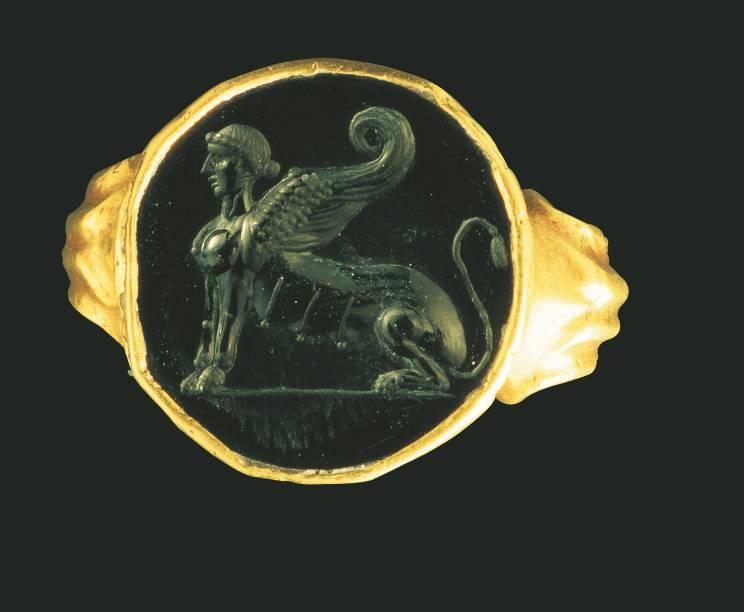 Anel com representação de esfinge, joia do Império Romano, em exposição no Masp