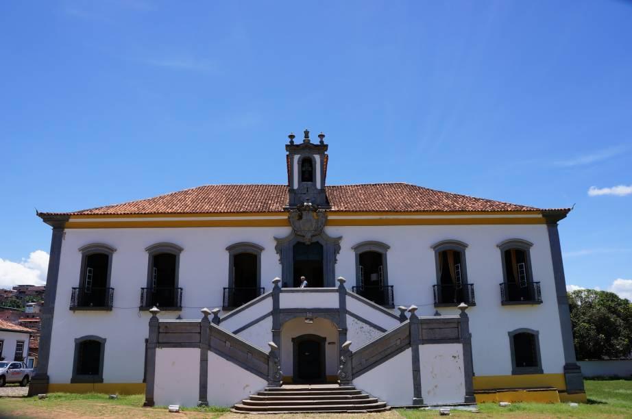 """É na antiga <a href=""""http://viajeaqui.abril.com.br/estabelecimentos/br-mg-mariana-atracao-casa-de-camara-e-cadeia"""" rel=""""Casa de Câmara e Cadeia"""">Casa de Câmara e Cadeia</a> que funciona hoje a Câmara de Vereadores de Mariana"""
