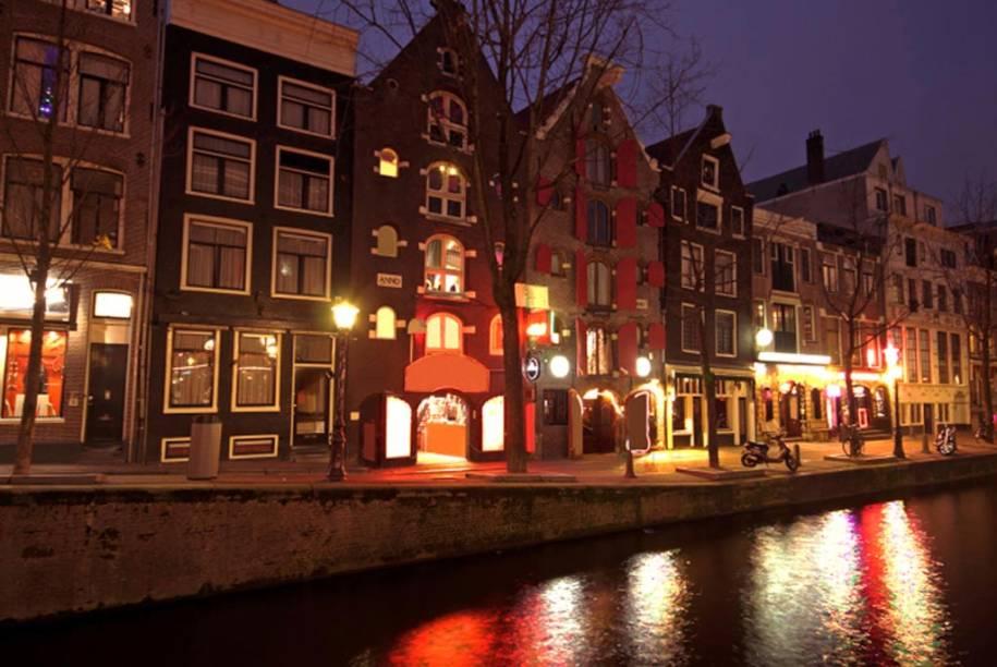 No Bairro da Luz Vermelha, em Amsterdã, os turistas podem ver garotas de programa em vitrines