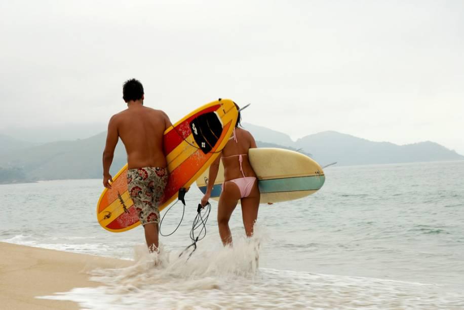 Casal de surfistas na Praia de Maresias, em São Sebastião, São Paulo