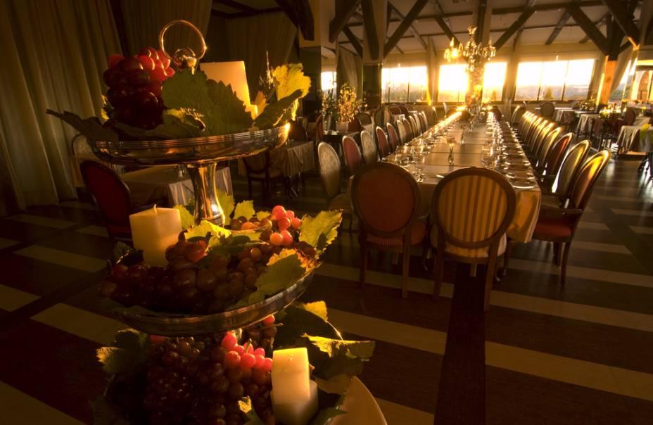 Interior do restaurante Leopoldina, que oferece jantares românticos à luz de vela, no Spa do Vinho; o restaurante abre às sextas e sábados