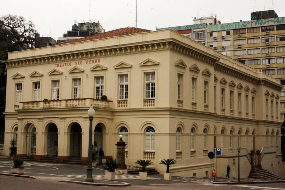 Elegante construção em estilo neoclássico, o Theatro São Pedro tem concha acústica, restaurante, charmoso café e um memorial