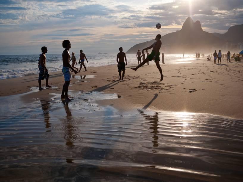 """No fim da tarde em Ipanema, os banhistas jogam o famoso """"altinho"""", usando jogadas do futebol para passar a bola pelo ar de um para o outro. Muita gente vem para cá direto do trabalho, no fim do expediente"""