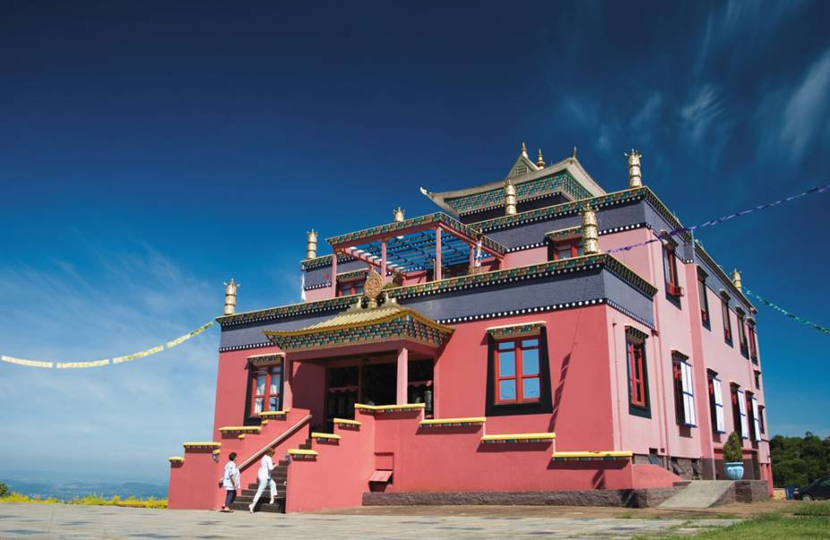 A 30 quilômetros de Gramado, o templo Khadro Ling, no Centro Budista Chagdud Gonpa Brasil, é um dos raros em estilo tibetano no país