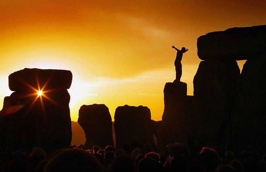 Stonehenge, em Salisbury, é um dos grandes mistérios do Reino Unido e atrai todo tipo de turista durante o solstício de verão