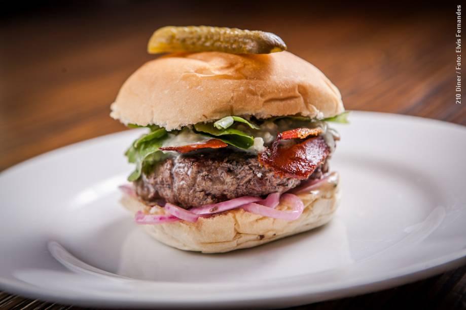 """<a href=""""http://viajeaqui.abril.com.br/estabelecimentos/br-sp-sao-paulo-restaurante-210-diner"""" rel=""""210 Diner"""" target=""""_blank""""><strong>210 Diner</strong></a>    Entre os pratos principais do almoço, está o Bluecheese burger: pão, hamburguer, bluecheese, bacon artesanal, agrião, picles de cebola roxa e maionese de balsâmico"""