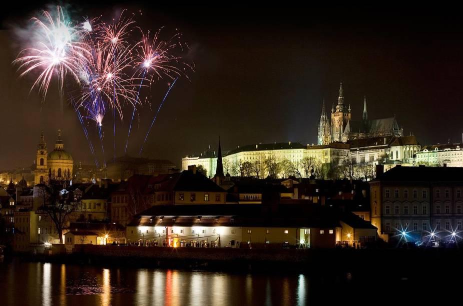 Fogos de artifício iluminam a noite fria do Réveillon em Praga, na República Tcheca