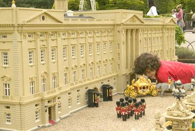 Criança brinca com a miniatura do Castelo de Buckingham na Legoland, em Windsor, Inglaterra, Reino Unido