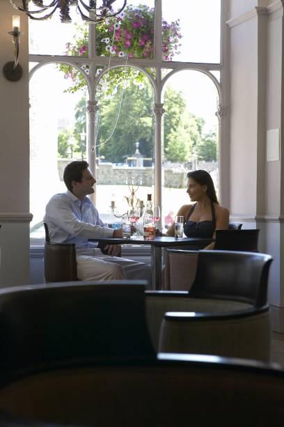 Casal no salão do restaurante Tower Brasserie, localizado no The Harte and Garte Hotel, em Windsor - Inglaterra