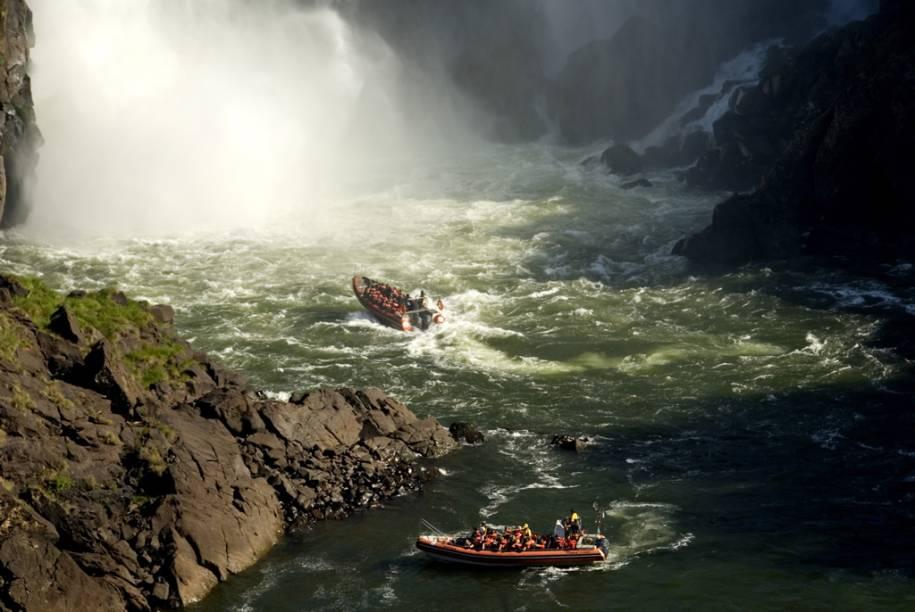 No passeio Macuco Safári, o visitante vê as cataratas de dentro dos botes e chega perto da Garganta do Diabo e do Salto Três Mosqueteiros