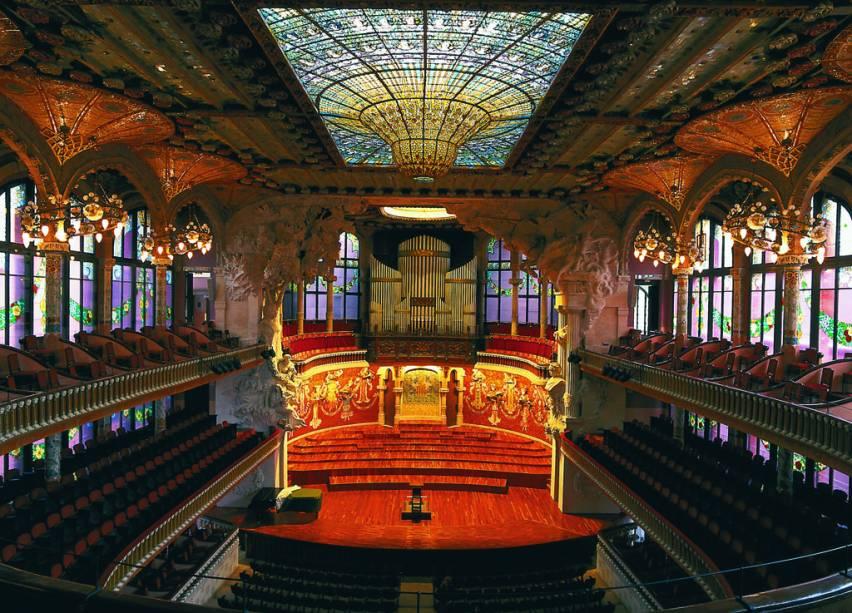 Mosaicos, esculturas, colunas e vitrais, arrematados nos mínimos detalhes, compõem um harmonioso conjunto arquitetônico no Palau de La Música, em Barcelona