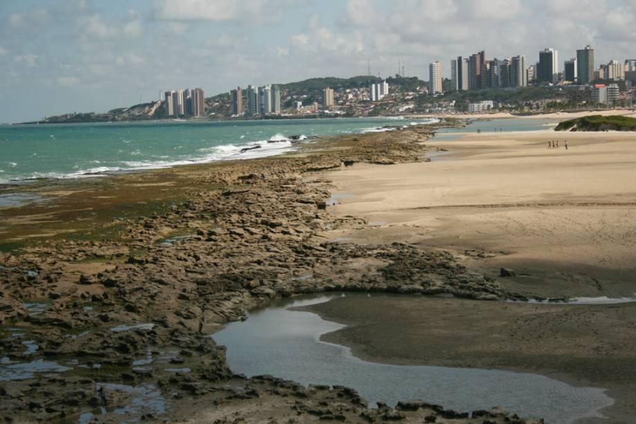 Frequentada por moradores de bairros próximos, a Praia do Forte tem piscinas naturais e abriga o Forte dos Reis Magos