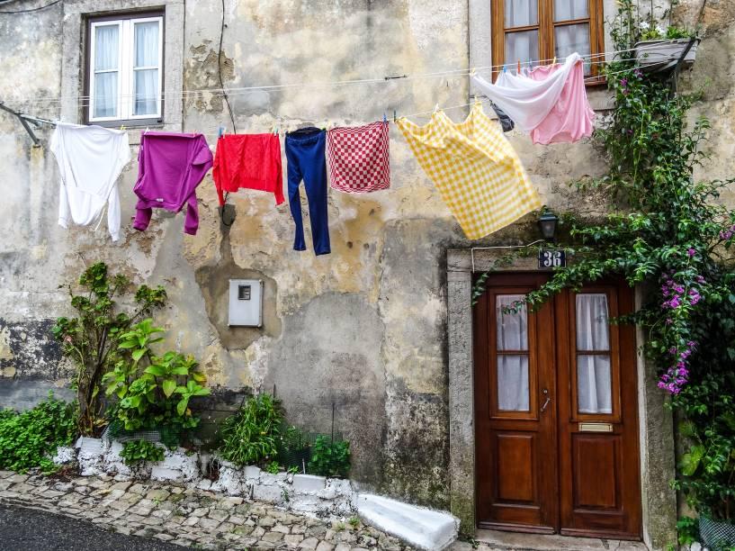 """<strong>5. <a href=""""http://viajeaqui.abril.com.br/paises/portugal"""" rel=""""Portugal"""" target=""""_blank"""">Portugal</a></strong>            Ó, pá! Com pouca violência interna, muito policiamento e baixíssima taxa de população armada, Portugal é um desses países perfeitos para deixar a porta aberta ou pendurar roupas na fachada de casa sem correr o risco de ficar pelado. Na foto, uma casinha pacífica em <a href=""""http://viajeaqui.abril.com.br/cidades/portugal-sintra"""" rel=""""Sintra"""" target=""""_blank"""">Sintra</a>"""