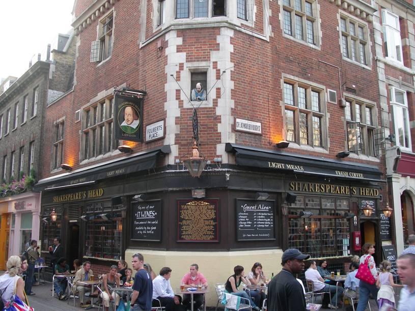 <strong>Shakespeare's Head</strong>        Pub com salão apertado, luz indireta, balcão em S e carta de cervejas nobre. Lagers que fogem do básico, como a tcheca Staropramen e as ales Bombardier, Fuller's London Pride e Black Sheep. No andar de cima há um belo salão de jantar. <em>29 Great Marlborough St., Soho</em>