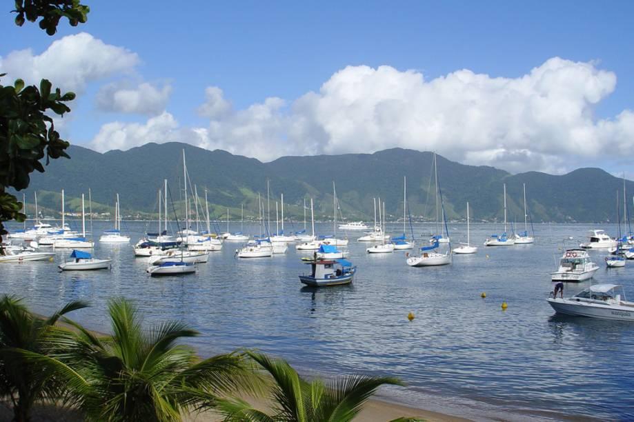Barcos ancorados na marina na <strong>Praia de Pequeá</strong>, em Ilhabela (SP)