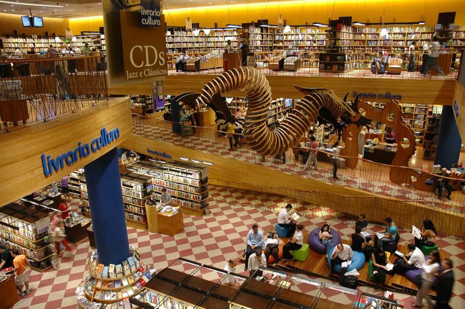 Dentro do Conjunto Nacional, no final da Avenida Paulista, esquina com a Rua Augusta, está a principal unidade da Livraria Cultura, uma das maiores de São Paulo. O complexo tem teatro e até cinema