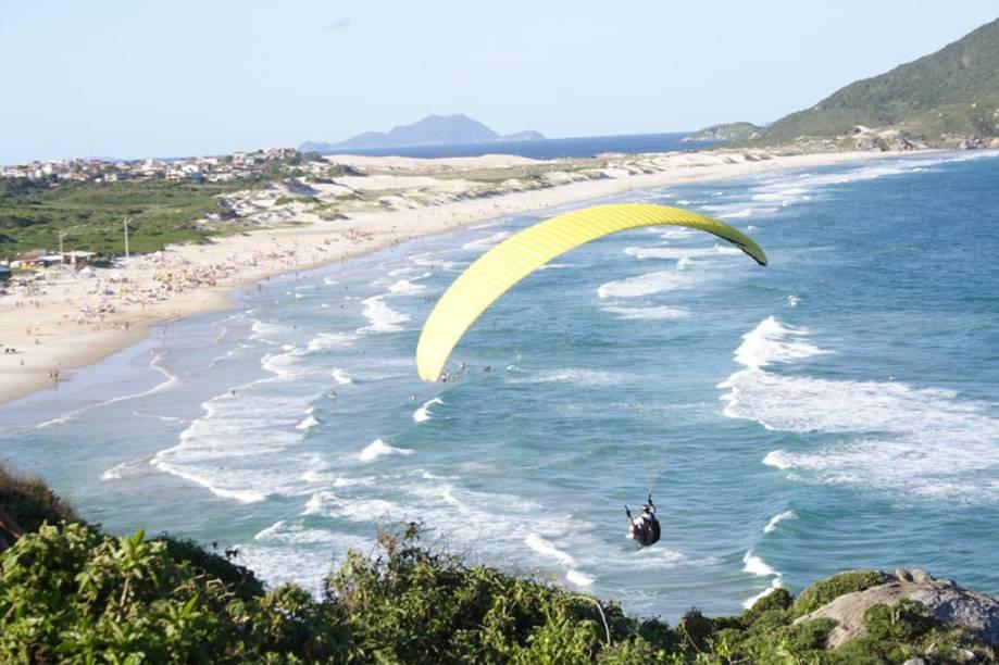 Os voos de parapente são feitos da Lagoa da Conceição ou Praia Mole