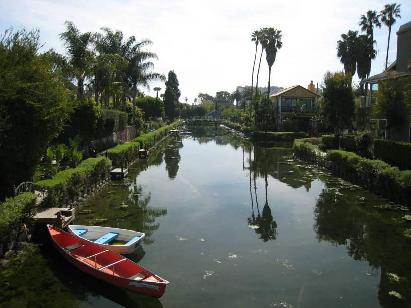"""<a href=""""http://viajeaqui.abril.com.br/estabelecimentos/estados-unidos-los-angeles-atracao-venice-beach"""" target=""""_blank"""" rel=""""noopener""""><strong>Venice Beach, Los Angeles – EUA </strong></a> A queridinha de Los Angeles não tem seu nome à toa, a área foi fundada justamente com o objetivo de ser a Veneza dos EUA. Hoje é muito mais conhecida pela praia e o agito mas as casas na região dos canais artificiais ainda são atração obrigatória para quem quer entender a história de Venice.<a href=""""http://www.booking.com/district/us/los-angeles/venicebeach.pt-br.html?aid=332455&label=viagemabril-venezasdomundo"""" target=""""_blank"""" rel=""""noopener""""><em>Busque hospedagens em Venice Beach no booking.com</em></a>"""
