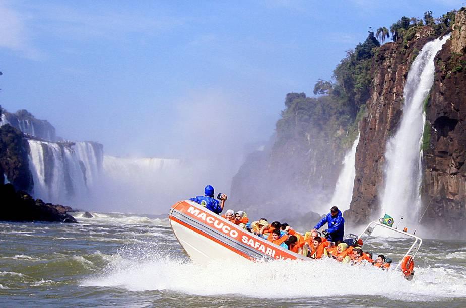 """O <a href=""""http://viajeaqui.abril.com.br/estabelecimentos/br-pr-foz-do-iguacu-atracao-macuco-safari"""" rel=""""Macuco Safári"""" target=""""_blank"""">Macuco Safári</a> leva os visitantes, num bote inflável, para sentir de perto o spray das quedas dágua"""