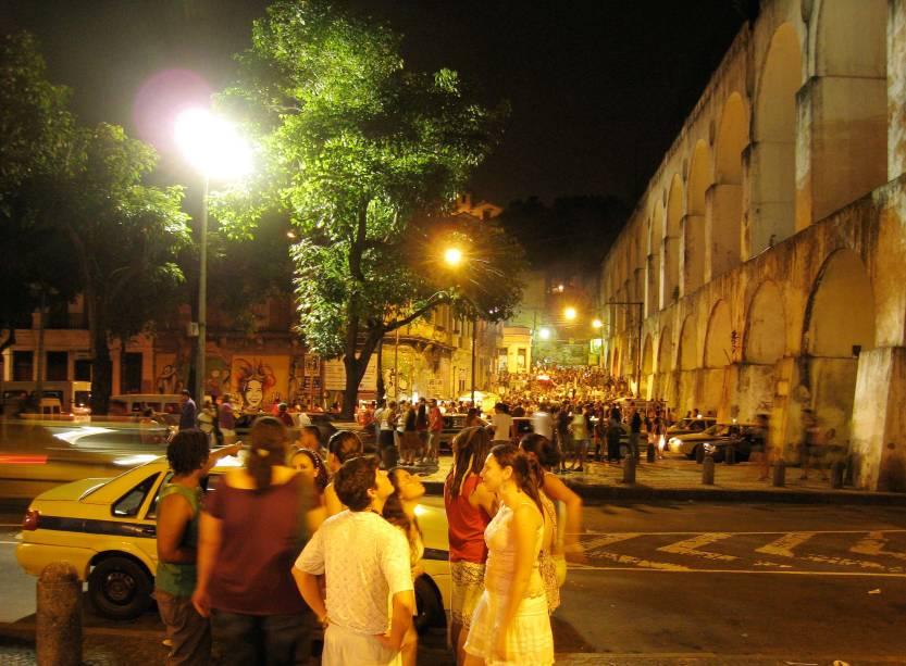 """<strong>7. <a href=""""http://viajeaqui.abril.com.br/cidades/br-rj-rio-de-janeiro"""" target=""""_blank"""" rel=""""noopener"""">RIO DE JANEIRO</a></strong> Na Lapa (foto) a atmosfera é propícia para muito contato físico: em lugares como o Rio Scenarium, o samba e o chorinho comem soltos à noite inteira, dando a chance para os boêmios dançarem muito até o sol raiar. E se você deu a sorte de conhecer alguém especial durante a balada, o Rio é um lugar perfeito para encontros extras no dia seguinte. Locais como o Arpoador e o Pão de Açúcar são passeios românticos e ideais se você quiser engatar algo mais sério."""