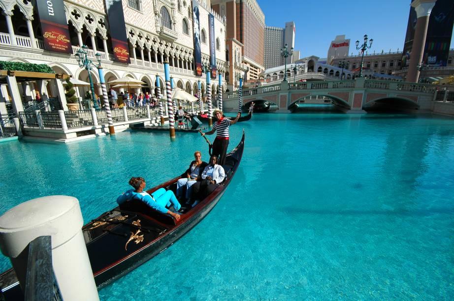 """<a href=""""http://viajeaqui.abril.com.br/cidades/estados-unidos-las-vegas"""" target=""""_blank"""" rel=""""noopener""""><strong>Las Vegas – EUA</strong></a> Por mais que a geografia e o clima de Las Vegas estejam mais para deserto, um dos hotéis temáticos mais famosos e românticos da cidade é o <a href=""""http://viajeaqui.abril.com.br/estabelecimentos/estados-unidos-las-vegas-hospedagem-the-venetian"""" target=""""_blank"""" rel=""""noopener"""">The Venetian</a>. Como o nome anuncia, o resort é cem por cento inspirado no destino italiano, com gôndolas, canais e gastronomia típica. Não é preciso estar hospedado no hotel de luxo para fazer um passeio de gôndola.<a href=""""http://www.booking.com/city/us/las-vegas.pt-br.html?aid=332455&label=viagemabril-venezasdomundo"""" target=""""_blank"""" rel=""""noopener""""><em>Busque hospedagens em Las Vegas no booking.com</em></a>"""