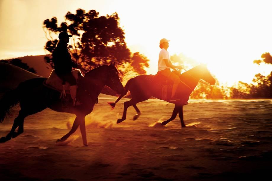 Hóspedes fazendo cavalgada no Costão do Santinho Resort & Spa, na Praia do Santinho